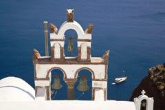 klockor kyrktar den greece santorinien Arkivfoto