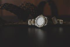 klockor, manschett och bälte arkivfoto