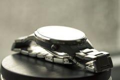 Klockor med rostfritt stålarmbandet Arkivbilder