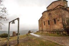 Klockor nära den berömda Jvari kloster med tegelstenväggar som byggs i det 6th århundradet i Mtskheta, Georgia Arkivfoton