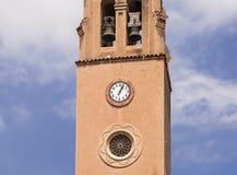 Klockor och klocka på tornet Fotografering för Bildbyråer