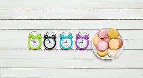 Klockor och macaron Royaltyfri Foto