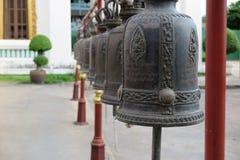 Klockor på en tempel i Bangkok, Thailand Arkivfoton