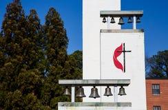 Klockor på metodistkyrka Arkivbild