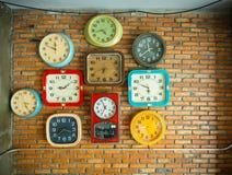 Klockor på väggen Fotografering för Bildbyråer