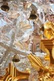 Klockor som hänger från silverpappers- blommor Arkivfoton