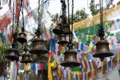 Klockor som hänger i tempelingång i Darjeeling Indien Royaltyfri Fotografi