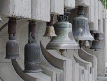 Klockor som hänger på trottoaren arkivbild