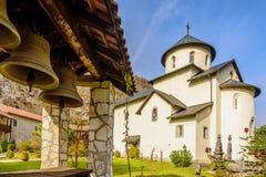 Klockor vid den serbiska ortodoxa kloster Moraca, Kolasin, Monteneg Arkivbilder