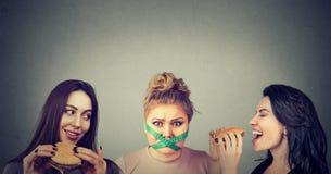 Klockowate i szczupłe kobiety z fastem food zdjęcie stock