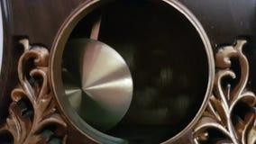 Klockpendeln av den gamla klockan svänger från sida för att sid arkivfilmer