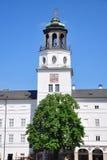 Klockspeltorn av den nya uppehållet i Salzburg Arkivbild