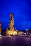 Klockstapel av Bruges och Grote Markt nattsikt Royaltyfri Foto