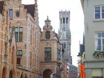 Klockstapel av Bruges och tappningbyggnaderna i den historiska mitten av Bruges arkivbild