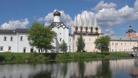Klockstapel av den Tikhvin antagandekloster på den Juli dagen Tikhvin Ryssland stock video