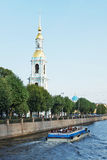 Klockstapel av kyrkan av St Nicholas och epiphanyen bredvid den Krukov kanalen Royaltyfria Bilder