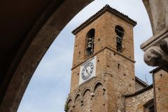 Klockstapel för Sant `-Antonio kyrka, Teramo, Abruzzo region, Italien Arkivbild