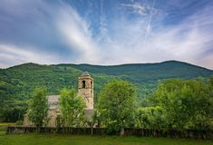 Klockstapel och kyrka av Sant Feliu de Barruera, Catalonia, Spanien Romansk stil royaltyfri foto