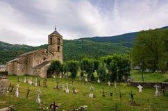 Klockstapel och kyrka av Sant Feliu de Barruera och kyrkogården, Catalonia, Spanien Romansk stil royaltyfri fotografi