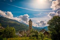 Klockstapel och kyrka av Santa Eulalia de Erill lavall, Catalonia, Spanien Romansk stil royaltyfria bilder