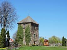 Klockstapel och kyrkogård, Litauen royaltyfri foto