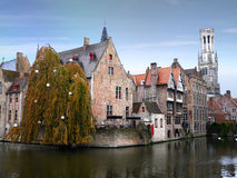 Klockstapel och medeltida byggnader i Bruges Arkivbilder