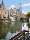 Klockstapel och medeltida byggnader i Bruges Arkivbild