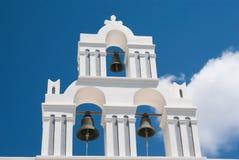 Klockstapel på blå himmel på den Santorini ön Royaltyfri Foto