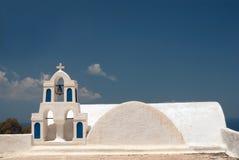 Klockstapel på blå himmel på den Santorini ön Fotografering för Bildbyråer