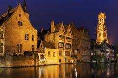 Klockstapeln av Bruges reflekterade i kanalen Royaltyfria Bilder