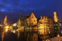 Klockstapeln av Bruges reflekterade i kanalen Arkivbilder