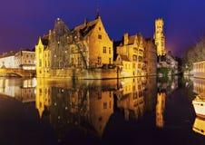 Klockstapeln av Bruges reflekterade i kanalen Royaltyfria Foton