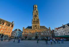 Klockstapeln av den Bruges Belfort skåpbilen Brugge royaltyfria bilder