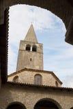 Klockstapeln och baptisteryen i den Euphrasian basilikan i Porec Royaltyfri Bild