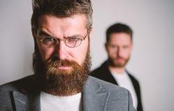 Klok ögonkast Hipsterstil och mode Hipsterglasögon För hipsterkläder för man stiligt skäggigt glasögon Vård- öga och royaltyfria bilder