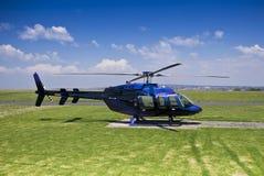 Klok 407 Helikopter - die op Helihaven wordt geparkeerd Stock Afbeeldingen