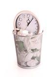 Klok in afval, verloren tijdconcept Stock Foto