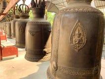 Klok bij de tempelachtergrond stock afbeeldingen