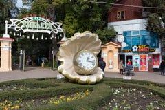 Klok bij ingang aan Riviera-Park Sotchi Rusland Stock Foto's
