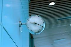 Klok bij luchthaven Stock Afbeeldingen