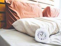 Klok bij 10 AM op het bed Stock Foto's