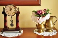 Klok, bloemen en vazen Stock Foto's