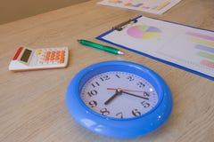 Klok, calculator, pen, grafiek op lijst bedrijfsboekhoudingsconcept, financiële stromen Stock Foto