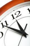 Klok die geïsoleerdee tijd over twaalf toont Stock Afbeeldingen