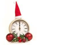 Klok die zich op 12 o-vooravond van het klok de nieuwe jaar ` s met vakantiedecoratie bevinden Stock Afbeeldingen