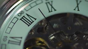 Klok, eeuwig mechanisme Tijd die snel overgaan De geschiedenis van mensenleven stock video