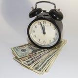 Klok en Amerikaans Geld Stock Foto's