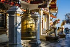 Klok en draakstandbeelden in Wat Phrathat Doi Suthep Stock Foto