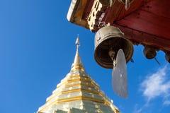 Klok en gouden pagode royalty-vrije stock afbeelding