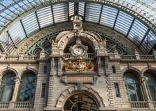 Klok en het wapenschild van Antwerpen bij Centrale Treinzaal van Antwerpen stock foto's